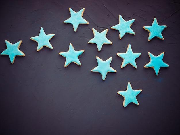 Galletas festivas en forma de estrellas.
