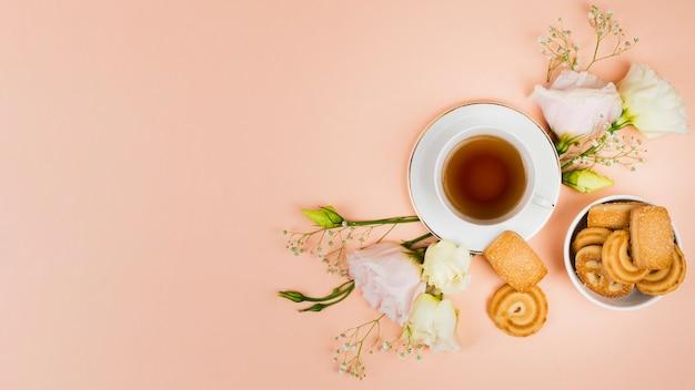 Galletas y flores en plano