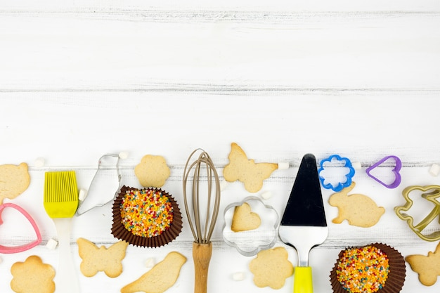 Galletas de forma animal con utensilios de cocina.
