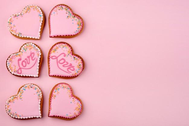 Galletas en forma de corazón para el día de san valentín con espacio de copia