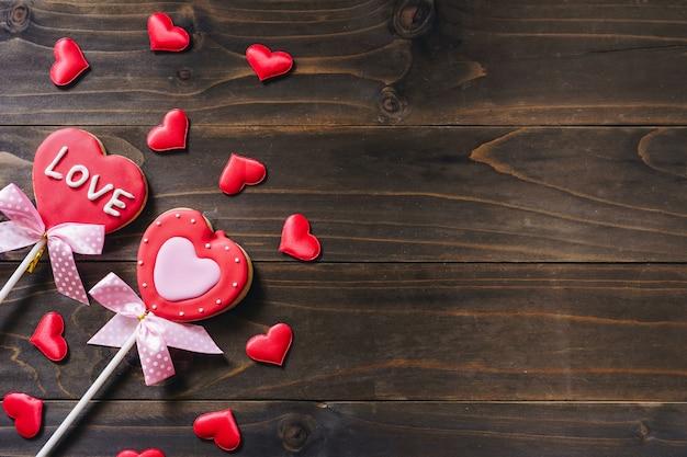 Galletas en forma de corazón del día de san valentín en el fondo de la mesa de madera con espacio de copia.