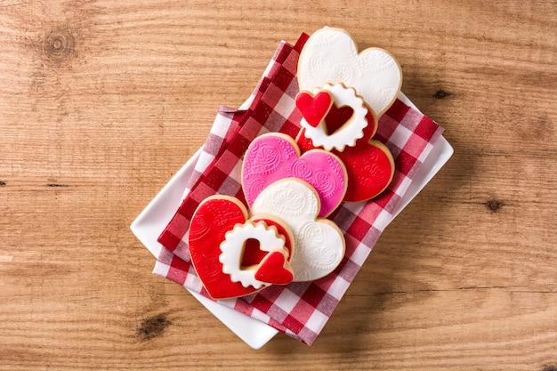Galletas en forma de corazón para el día de san valentín en madera, vista superior