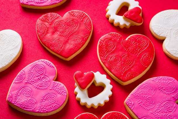 Galletas en forma de corazón para el día de san valentín en rojo vista superior