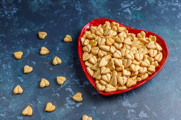 Galletas en forma de corazón en un recipiente en forma de corazón.