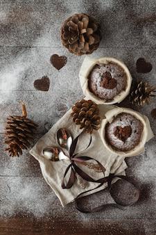 Galletas en forma de corazón para san valentín en mesa de madera. copia espacio