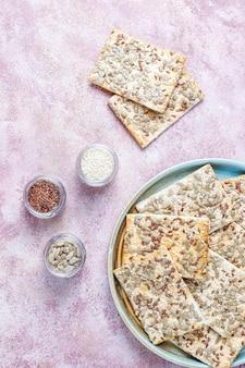 Galletas sin gluten recién horneadas saludables con semillas.