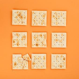 Galletas de graham sobre fondo naranja