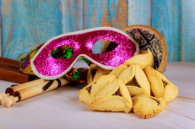 Galletas hamantaschen orejas hamans, máscara de celebración de purim y matraca