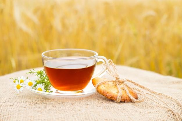 Galletas hechas en casa y taza de té.