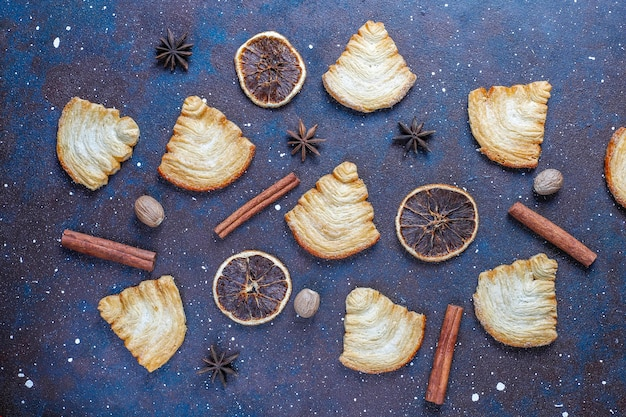 Galletas de hojaldre en forma de árbol de navidad.