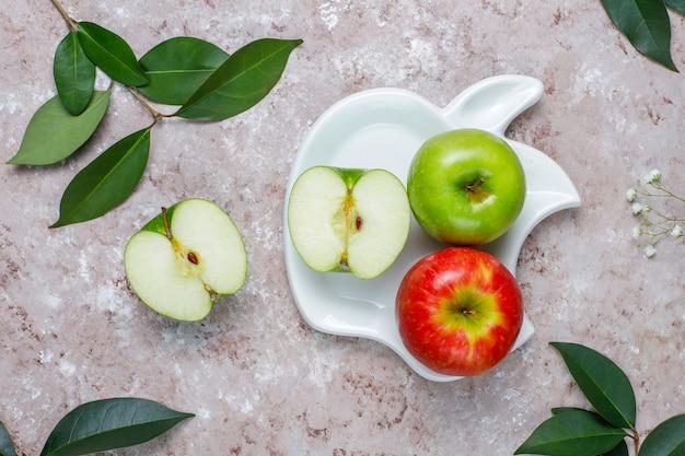 Galletas de hojaldre de manzana en plato en forma de manzana con manzanas frescas