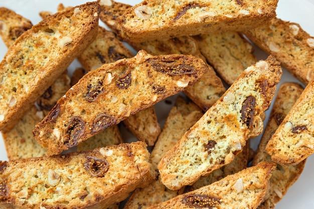 Galletas italianas clásicas del biscotti en el fondo blanco.