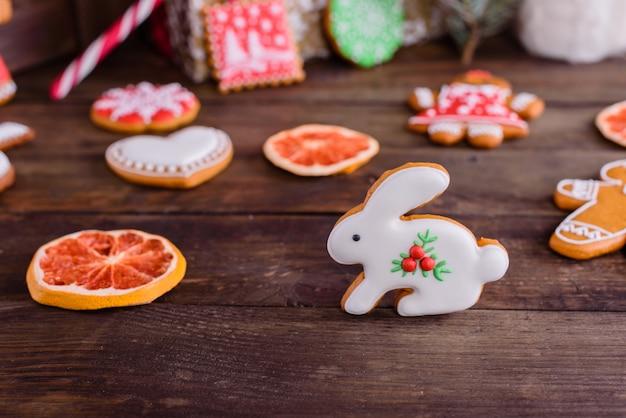 Galletas de jengibre caseras de navidad en mesa de madera