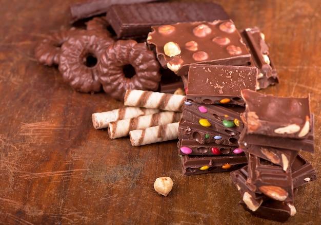 Galletas de jengibre y chocolate sobre una superficie de madera