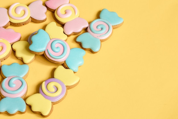 Galletas de jengibre de colores en forma de caramelos en glaseado.