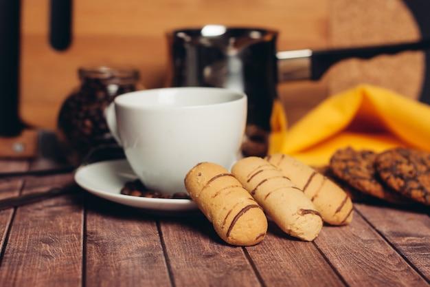 Galletas de jengibre dulce una taza de bebida snack. foto de alta calidad