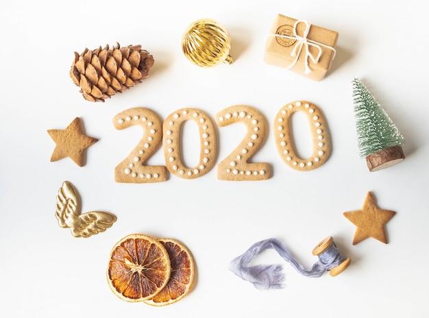 Galletas de jengibre en forma de números y galletas de jengibre de año nuevo 2020 y marco de decoración de navidad