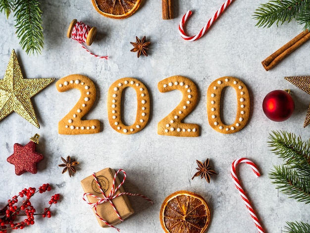 Galletas de jengibre en forma de números y galletas de jengibre de año nuevo 2020