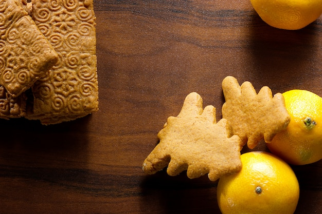 Galletas de jengibre con limón en la mesa de madera