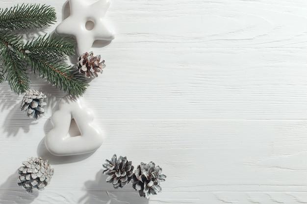 Galletas de jengibre de navidad y ramas de pino y conos en un blanco, copyspace.