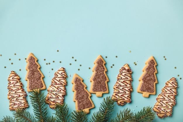 Galletas de jengibre navideñas en forma de árbol de navidad y ramas de árboles de navidad
