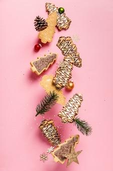 Galletas de jengibre navideño en forma de árbol de navidad cayendo