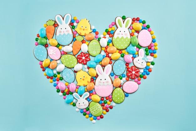 Galletas de jengibre de pascua y dulces en forma de corazón.