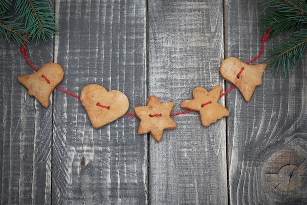 Galletas de jengibre en tablones de madera
