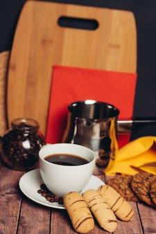 Galletas de jengibre una taza de café bocadillos dulces. foto de alta calidad