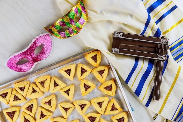 Galletas judías para purim con máscara, talit y matraz