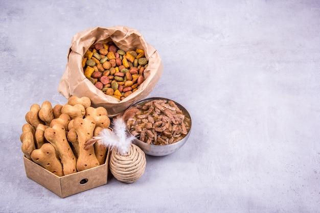 Galletas y juguetes de comida seca y húmeda