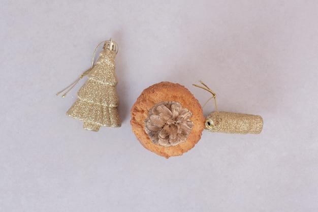 Galletas con juguetes de navidad sobre superficie blanca