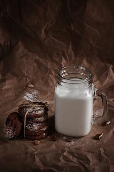 Galletas con leche y chispas de chocolate. bocadillo sabroso