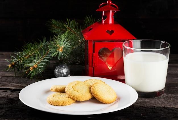 Galletas y leche para santa claus en la oscuridad, tonificante