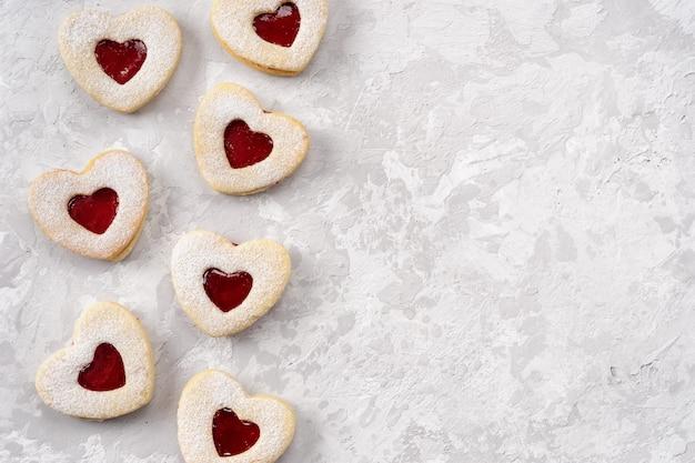 Galletas linzer en forma de corazón para el día de san valentín con amor