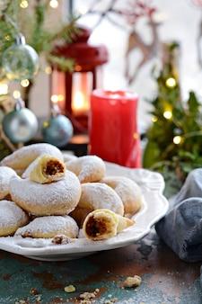 Galletas de luna creciente tradicionales alemanas y austriacas con relleno de nueces.