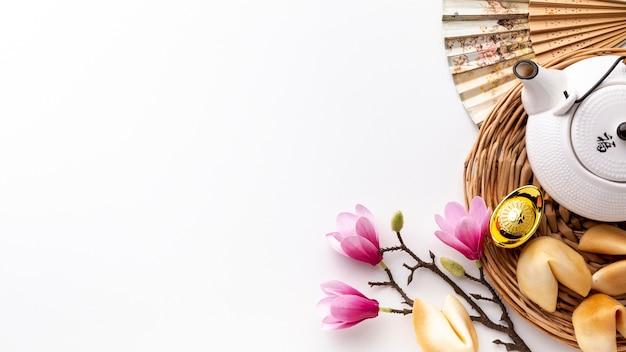 Galletas de magnolia y fortuna con tetera año nuevo chino