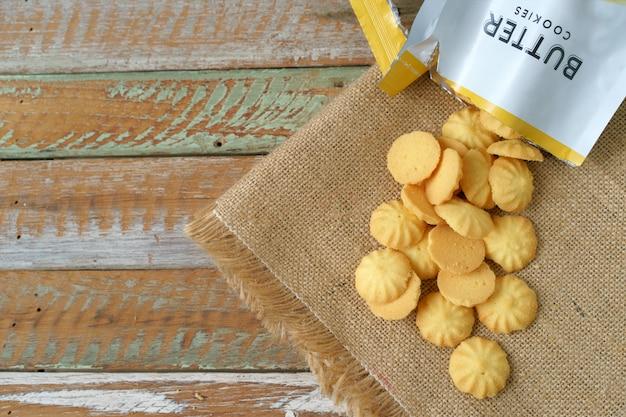 Galletas de mantequilla caseras con rasgadura abren las envolturas.