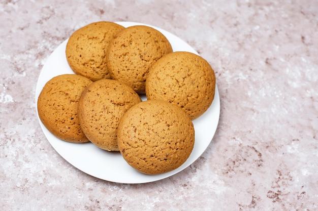 Galletas de mantequilla de maní de estilo americano sobre fondo de hormigón ligero.