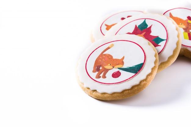 Galletas de mantequilla de navidad decoradas con gráficos de navidad aislados en blanco, espacio de copia