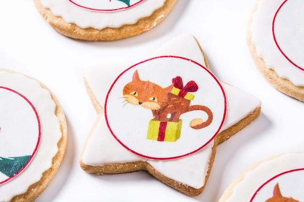 Galletas de mantequilla de navidad decoradas con gráficos de navidad aislados en blanco