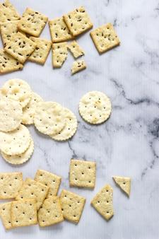 Galletas de matzá, galletas saladas con semillas de sésamo y semillas de lino.