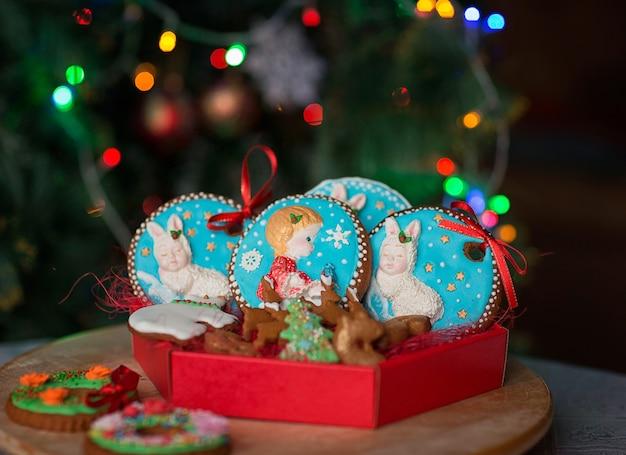 Galletas de navidad coloridas caseras contra las luces de navidad.
