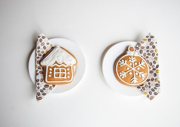 Galletas de navidad dos panes de jengibre aislado sobre una superficie blanca, minimalismo absoluto de invierno