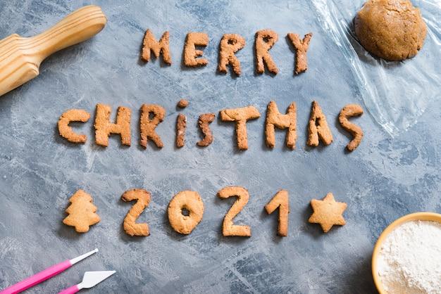 Galletas de navidad con las letras feliz navidad 2021