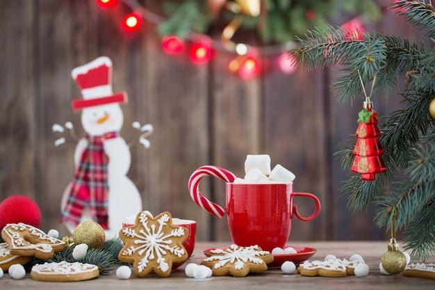Galletas de navidad en la mesa de madera en la cocina