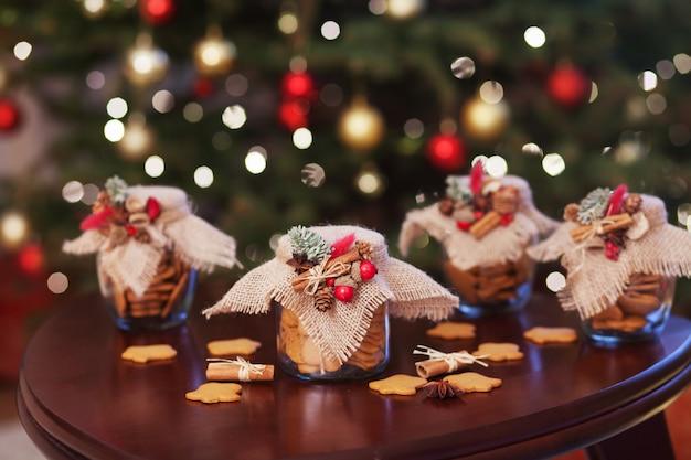 Galletas de navidad de pan de jengibre en el frasco de vidrio.