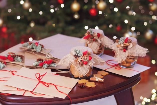 Galletas de navidad de pan de jengibre en frascos de vidrio