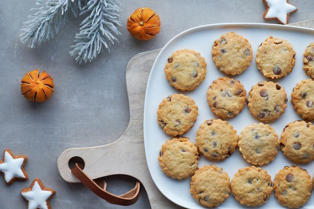 Galletas de navidad con trocitos de chocolate, planas en piedra gris