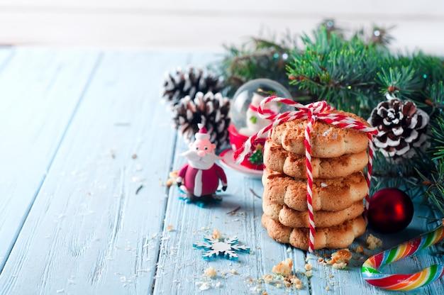 Galletas navideñas con decoración festiva.